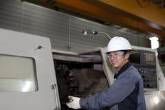 Tecnico meccanico della macchina di CNC Fotografie Stock Libere da Diritti