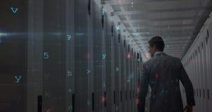 Tecnico nella stanza 4k del server archivi video