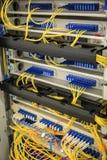 Tecnología Bckground, concepto de la red de ordenadores, cables de Ethernet e interruptores de Internet, imagen vertical imagen de archivo libre de regalías
