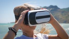 Tecnología, chica joven sorprendente feliz aumentada del concepto de la realidad, del ciberespacio, del entretenimiento y de la g almacen de video
