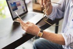 Tecnología Conce de la conexión de la comunicación de la cafetería del hombre mayor imágenes de archivo libres de regalías