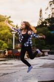 Tecnología, concepto de la gente de la comunicación - mujer joven sonriente o muchacha que usa smartphone en la calle de la ciuda Foto de archivo libre de regalías