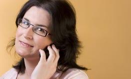 Tecnología de comunicación de la mujer joven Fotografía de archivo