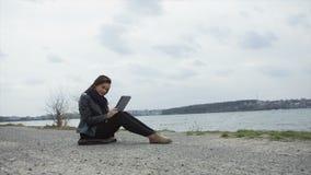 Tecnología de Internet de la PC de la tableta de la almohadilla táctil del uso de la mujer almacen de video
