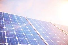 tecnología de la generación de energía solar del ejemplo 3D Energía alternativa Módulos del panel de batería solar con puesta del Fotografía de archivo