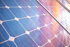tecnología de la generación de energía solar del ejemplo 3D Energía alternativa Módulos del panel de batería solar con puesta del libre illustration