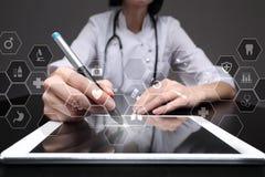 Tecnología de la medicina y concepto de la atención sanitaria Médico que trabaja con PC moderna Iconos en la pantalla virtual Fotografía de archivo libre de regalías