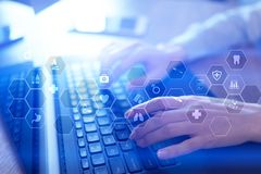 Tecnología de la medicina y concepto de la atención sanitaria Médico que trabaja con PC moderna Iconos en la pantalla virtual imagen de archivo