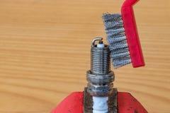 Tecnología de limpieza mecánica de la bujía con un cepillo del metal foto de archivo libre de regalías