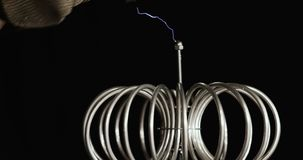 Tecnología de producir de los relámpagos Experimento de la electricidad de Tesla con el ser humano Tecnología compacta de produci almacen de metraje de vídeo