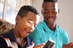 Tecnología de Teaching Mobile Telephone del padre al hijo en casa Fotos de archivo libres de regalías