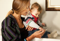 Tecnología del bebé de la madre de la diversión de Smartfone Imágenes de archivo libres de regalías