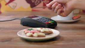 Tecnología del pago de NFC Cliente que paga por la tarjeta de crédito sin contacto metrajes