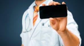 Tecnología en concepto de la salud y de la medicina Doctor con smartphone Imagenes de archivo