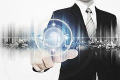 Tecnología futurista, pantalla conmovedora de la tecnología del interfaz del interfaz del hombre de negocios foto de archivo