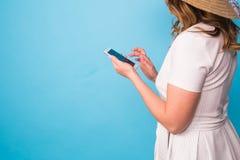 Tecnología, gente y concepto moderno de los dispositivos - cercanos para arriba de la escritura en teléfono, vista lateral de la  Fotografía de archivo