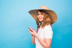 Tecnología, gente y concepto moderno de los dispositivos - escritura en teléfono, vista lateral de la mujer del mensaje que manda Fotografía de archivo