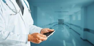 Tecnología global en el doctor Using Digital Tablet de ConceptUnrecognizable de la medicina y de la atención sanitaria en clínica fotos de archivo