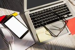 Tecnología inalámbrica con las lentes en la tabla Imágenes de archivo libres de regalías