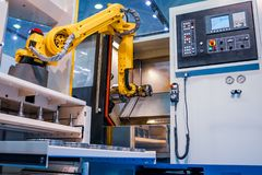 Tecnología industrial moderna del brazo robótico Célula automatizada de la producción imagenes de archivo