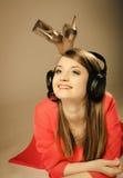 Tecnología, música - muchacha adolescente sonriente en auriculares Fotografía de archivo libre de regalías
