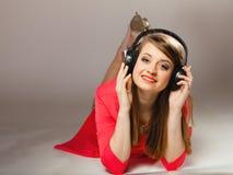 Tecnología, música - muchacha adolescente sonriente en auriculares Imágenes de archivo libres de regalías