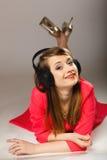 Tecnología, música - muchacha adolescente sonriente en auriculares Imagenes de archivo