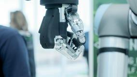 Tecnología moderna hoy El brazo humano robótico es manipulante Miembros prostéticos modernos El futuro ahora est? El pulgar se es metrajes