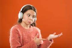 Tecnología moderna inalámbrica de los auriculares Consiga la suscripción de la cuenta de la música Disfrute del concepto de la mú fotografía de archivo libre de regalías