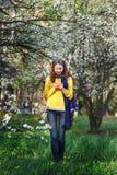 Tecnología y concepto de la gente - mujer joven sonriente que manda un SMS en smartphone Fotos de archivo