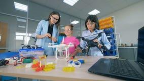 Tecnologías innovadoras del estudio del profesor de sexo femenino - abejones, aviones en la escuela primaria Concepto moderno de  almacen de metraje de vídeo