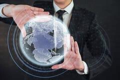 Tecnologías innovadoras en ciencia y medicina Tecnología a conectar Sostener la tierra del planeta que brilla intensamente Foto de archivo libre de regalías
