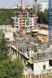 Tecnologías modernas de la construcción de edificios de apartamentos imagenes de archivo