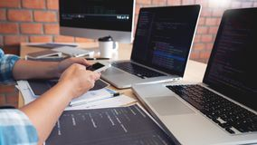 Tecnolog?as colaborativas del desarrollador de la p?gina web de las Software Engineers del trabajo o codificaci?n de trabajo del  imágenes de archivo libres de regalías