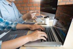 Tecnolog?as colaborativas del desarrollador de la p?gina web de las Software Engineers del trabajo o codificaci?n de trabajo del  fotos de archivo