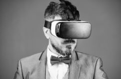 Tecnolog?a de Digitaces para el negocio Realidad virtual del hombre de negocios Admin?culo moderno Innovaci?n y avances tecnol?gi imagen de archivo