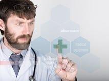 Tecnología, Internet y establecimiento de una red en concepto de la medicina - el médico presiona el botón cruzado en las pantall Fotografía de archivo libre de regalías