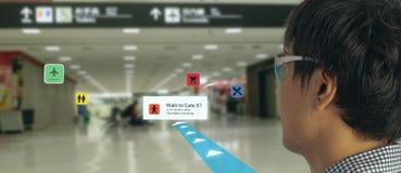 Tecnologia astuta nel cellulare 4 di industria 0 o 5 0 concetti, utente usare i vetri astuti con tecnologia mista aumentata di re fotografia stock libera da diritti