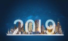 tecnologia aumentada 2019 da realidade Holograma de construção na tabuleta digital com ano novo 2019 imagens de stock