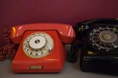 Tecnologia d'annata dell'oggetto d'antiquariato del telefono; vecchi oggetti rossi e neri Immagini Stock Libere da Diritti