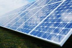 tecnologia da geração das energias solares da rendição 3D Energia alternativa Módulos do painel de bateria solar com céu azul Fotos de Stock