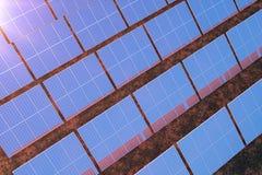 tecnologia da geração das energias solares da rendição 3D Energia alternativa Módulos do painel de bateria solar com por do sol c Imagens de Stock