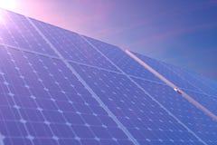 tecnologia da geração das energias solares da rendição 3D Energia alternativa Módulos do painel de bateria solar com por do sol c Fotos de Stock Royalty Free