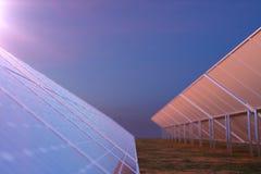 tecnologia da geração das energias solares da rendição 3D Energia alternativa Módulos do painel de bateria solar com por do sol c Fotos de Stock