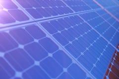 tecnologia da geração das energias solares da rendição 3D Energia alternativa Módulos do painel de bateria solar com por do sol c Imagem de Stock Royalty Free