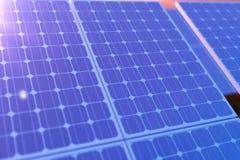 tecnologia da geração das energias solares da rendição 3D Energia alternativa Módulos do painel de bateria solar com por do sol c Imagens de Stock Royalty Free