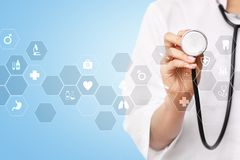 Tecnologia da medicina e conceito dos cuidados médicos Médico que trabalha com PC moderno Ícones na tela virtual fotografia de stock royalty free