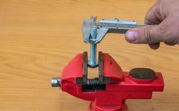 Tecnologia da medida do diâmetro do parafuso usando compassos de calibre foto de stock royalty free
