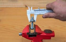 Tecnologia da medida do diâmetro do parafuso usando compassos de calibre fotos de stock