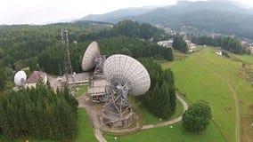 Tecnologia das comunicações com as antenas satélites do prato grande video estoque